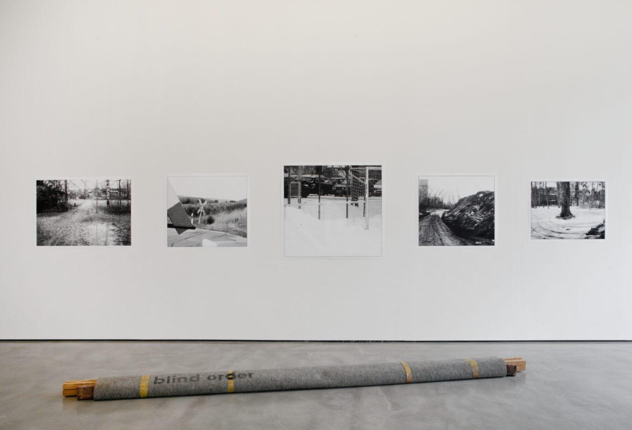 Wall: Peter Piller, Projektionsflächen (2006); Floor: Georg Herold, Blind Order (1990)