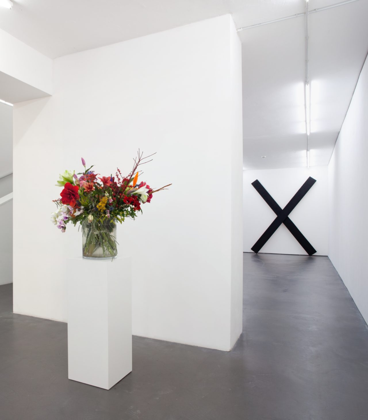 Links: Willem de Rooij, Bouquet V (2010); Rechts: Wade Guyton, x sculpture (2005)