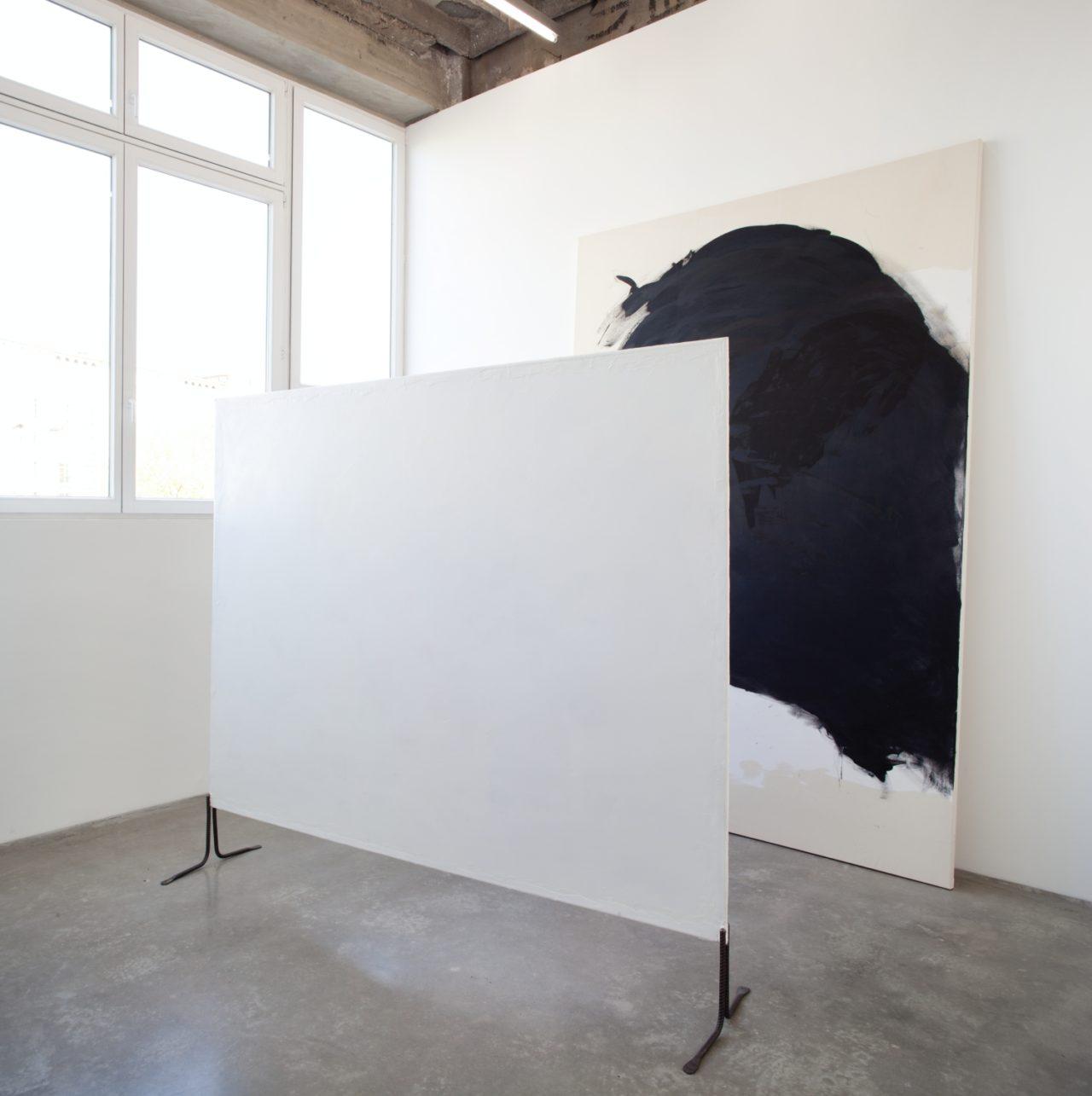 Front: Franz West, Pavarent (weiß) (2010); Background: Lone Haugaard Madsen, Raum #265-7 (größeres Bild) (2011)