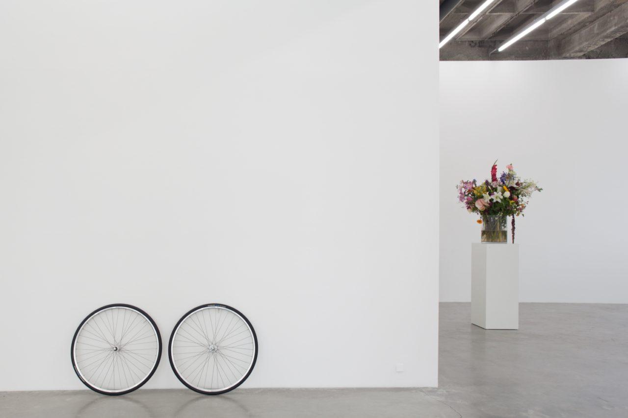 Links: Jonathan Monk, Spare Wheels (2007); Rechts: Willem de Rooij, Bouquet V (2010)
