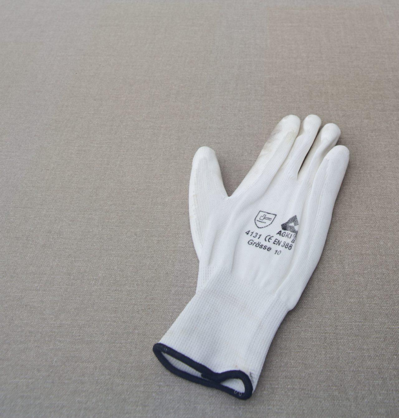 Andreas Slominski, Bid on the white gloves! (2008)