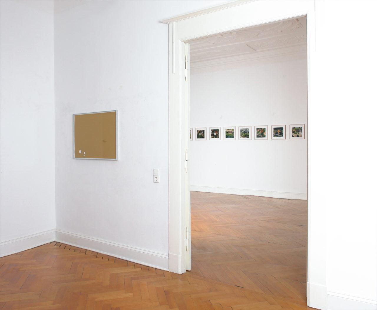 Vordergrund: Christopher Williams, 332 min 17 sec (2004); Hintergrund: Peter Piller, Pfade (2003) & Überflug (2003)