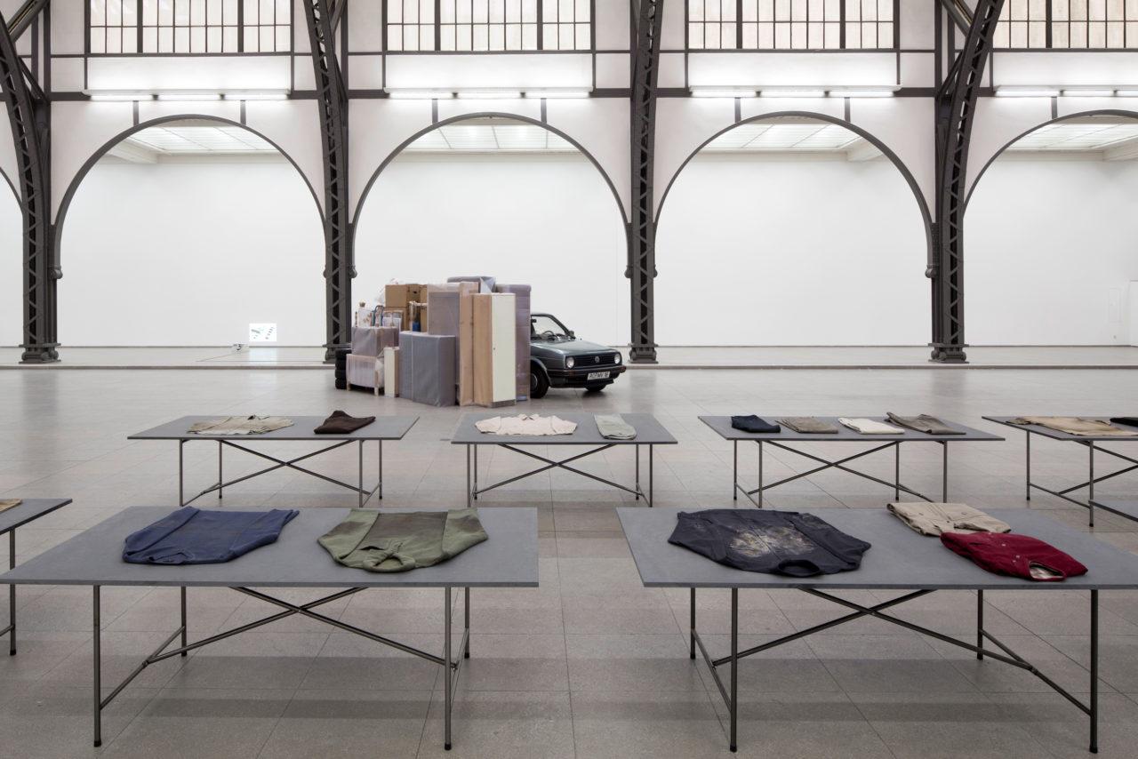 Front: Bojan Šarčević, Workers' favourite clothes worn while s/he worked (1999/2000); Background: Florian Slotawa, Gesamtbesitz des Künstlers (1995–2000)