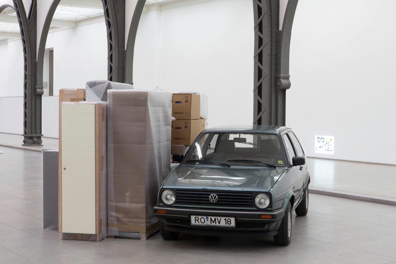 Front: Florian Slotawa, Gesamtbesitz des Künstlers (1995–2000); Background: Florian Slotawa, Gesamtbesitz 1996 (1996)