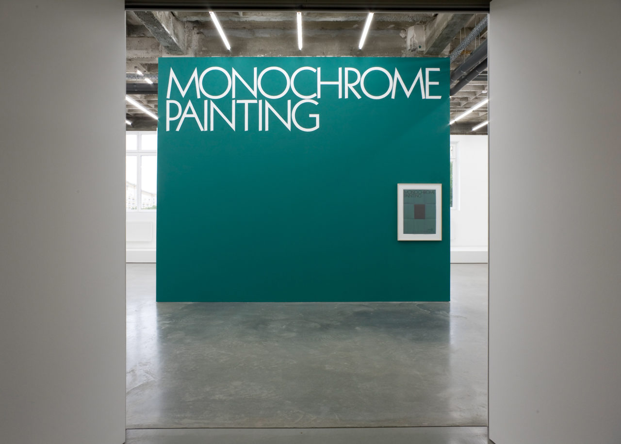 Wand: Stephen Prina, Monochrome Painting (Wandmalerei) (1988/1989); Rechts: Stephen Prina, Monochrome Painting (Poster) (1988/1989)