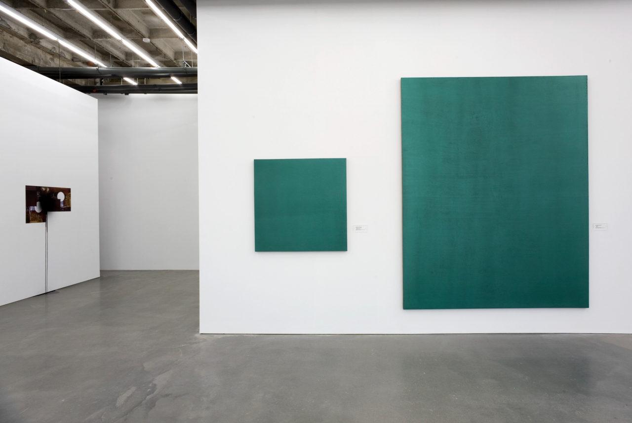 Links: Stephen Prina, Haubrok I (push painting) (2008); Rechts: Stephen Prina, Monochrome Painting (1988/1989) (detail)