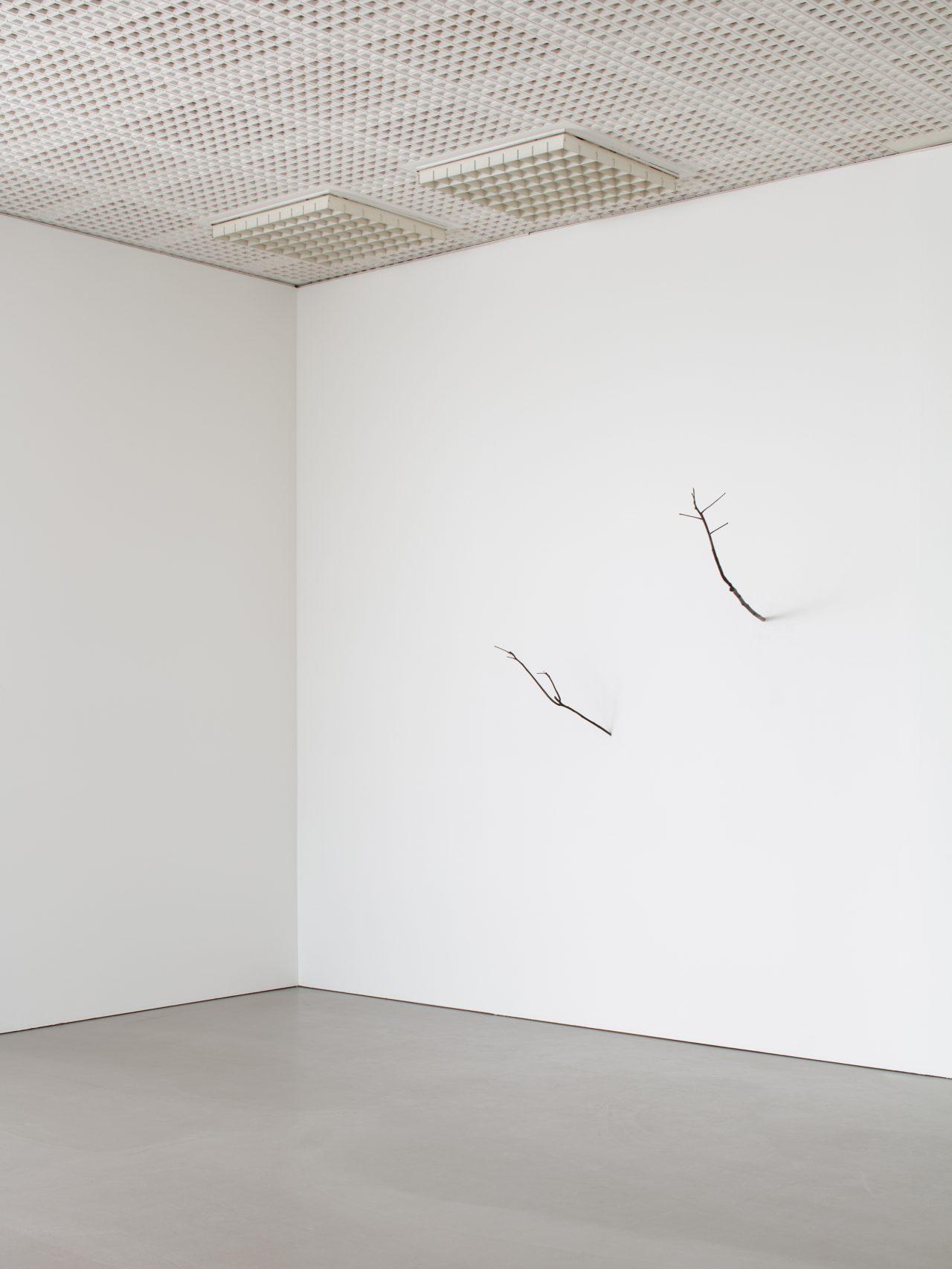 Judith Hopf, Dem Kirschbaum ähnelnde Essigbaumäste (2021)